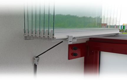 Spodní aretace otevřených tabulí zasklívání lodžií IVETA k boční stěně