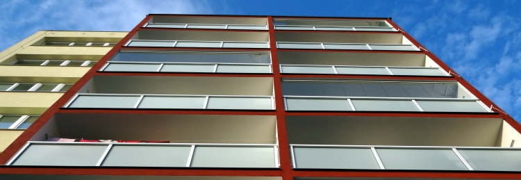 Pohled na panelový dům osazený lodžiovými zábradlími AluClick od společnosti DuoTech Trade s.r.o.
