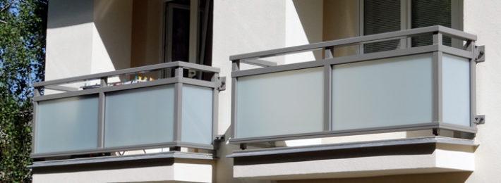 Realizace-hliníkových-zábradlí-tvru-U-po-revitalizaci-bytového-domu