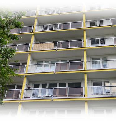 Lodžiová zábradlí AluClick Kombi - celkový pohled na panelový dům
