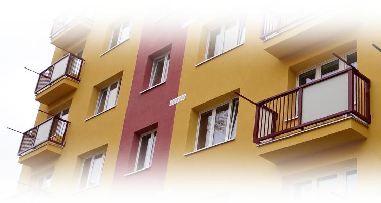 """Lodžiová zábradlí  AluClick """"L"""" a """"U"""" na balkonech bytového domu"""