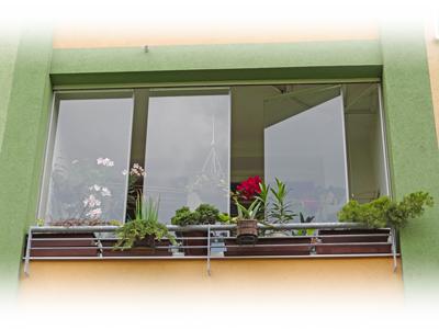Pohled na zasklenou lodžii s květinami