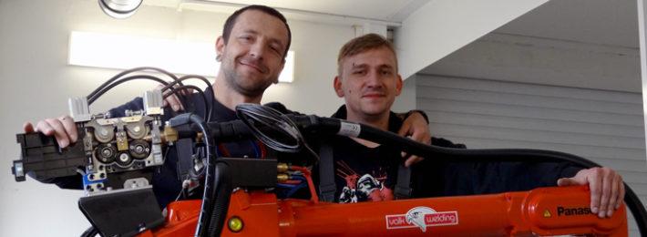 svařovací-robot-zaměstnanci-při-výrobě-hliníkových-zábradlí