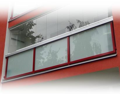 Lodžiové zábradlí AluClick Standard se zasklením IVETA a s klempířskými prvky