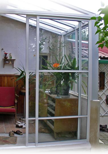 Veranda s prosklenou stříškou a systémem pro zasklívání lodžií TERMOplus